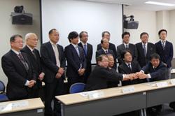 岡山大、9企業と連携し安価で高効率な酸化鉄太陽電池の開発に着手