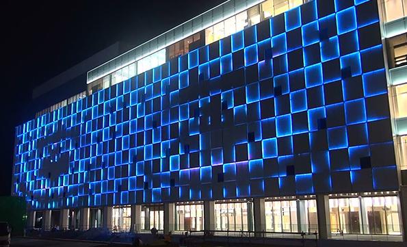 ウシオライティング、JR姫路駅ビル外壁演出照明にLED照明を納入