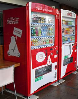 コカ・コーラ、福岡県で地域ピークシフト実験 95%節電できる新型自販機と連携
