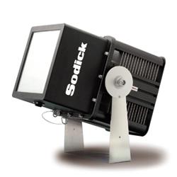 駐車場などのナイター照明向けLED投光器、明るさ同じで75%省エネ
