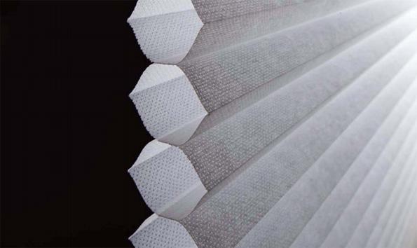 LIXIL、ハチの巣構造で高断熱な窓用スクリーンを発売 日射熱を約62%カット