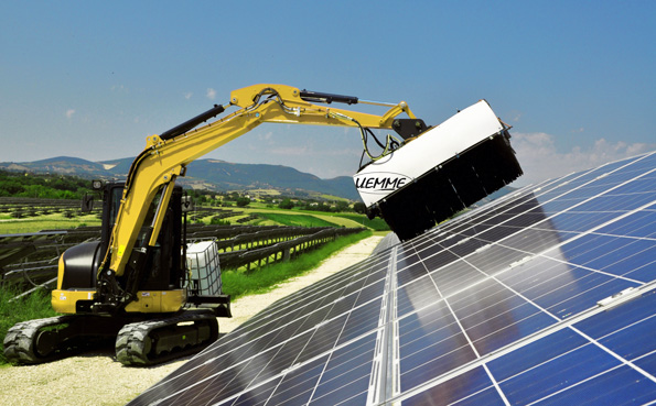 太陽光発電パネル、重機に付けたブラシで洗浄 メンテナンスが低コストに