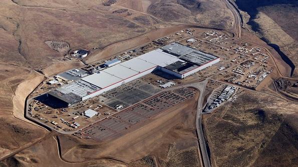 米テスラとパナソニック、大規模電池工場「ギガファクトリー」で蓄電池を生産