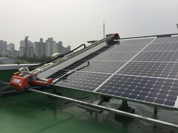 太陽光発電パネルの洗浄・コーティングを同時にできる機械が発売