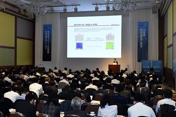 単結晶PERCモジュールによる発電システムの効率向上とコスト削減に、多くの参加者が耳を傾けた