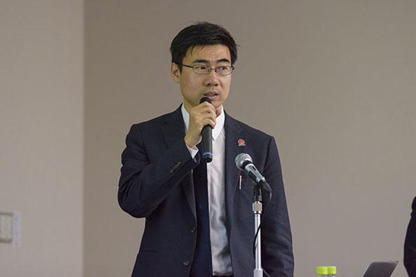 講演するファーウェイ・ジャパン スマートソーラー事業部シニアプロダクトマネージャー、帳振東氏
