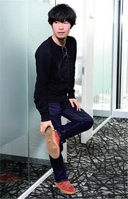 安居氏着用/シャツ:Pure Waste Textile(フィンランド)、ジーンズ:MUD Jeans(オランダ)、靴:Veja(フランス)、サングラス:Karün(チリ)