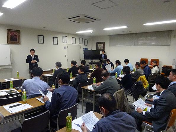 企業の合同勉強会にSDGs出張講師として出向く竹内氏。