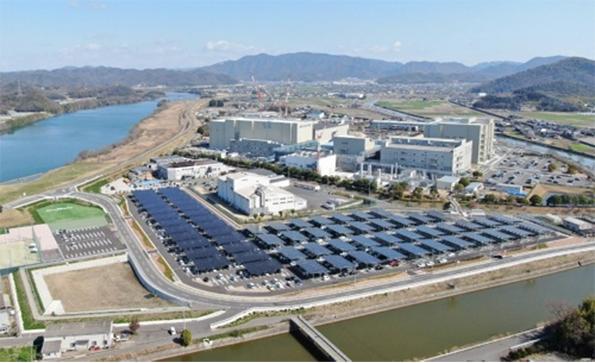 岡山村田製作所の駐車場型メガソーラーシステム。工場建物が立つ敷地とは道路を介して接し、高架橋でつないでいる(写真:村田製作所)