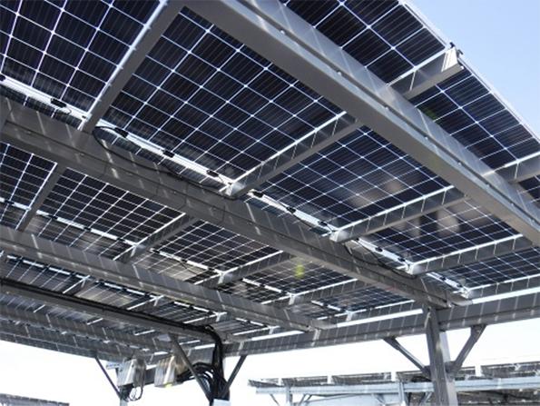裏面からも発電できる太陽光発電パネル(写真:村田製作所)